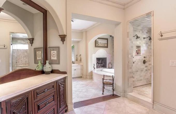 Một trong 9 phòng tắm, được thiết kế rộng rãi, sang trọng.