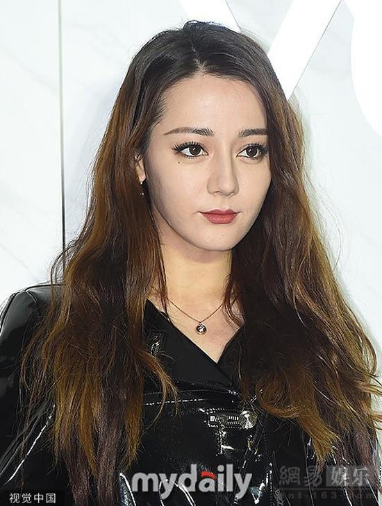 Địch Lệ Nhiệt Ba tiếp tục là khách mời của show Louis Vuitton tại Hàn Quốc, sự kiện trong chuỗi hoạt động của thương hiệu ở xứ kim chi. Nữ diễn viên người Trung Quốc xuất hiện trên thảm đỏ với váy da bóng lộn, kết hợp boot cao cổ. Tuy nhiên, cô nhận được nhiều lời chê vì gương mặt trang điểm quá sáng, trông rất kém tự nhiên. Mặt chụp cận cảnh cũng để lộ làn da kém mịn màng của ngôi sao gốc Tân Cương.