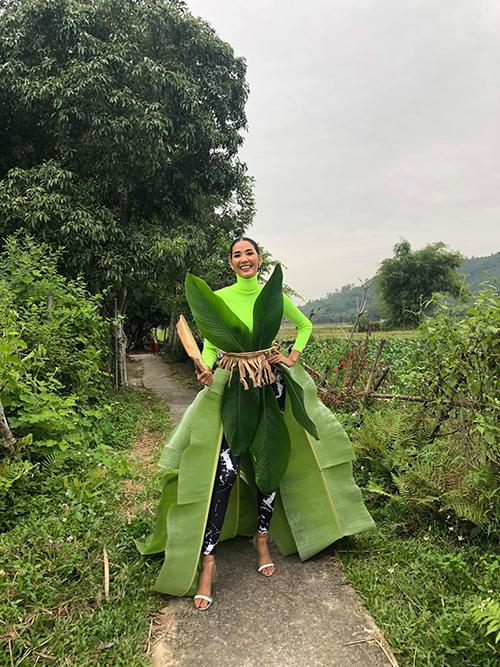 Hoàng Thùy tận dụng cây nhà lá vườn để hóa trang vui trong ngày Halloween khi có mặt tại quê nhà Thanh Hóa. Trang phục dân tộc mang đến Miss Universe được không cả nhà ơi?, người đẹp hài hước hỏi fan.