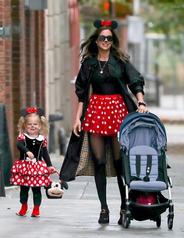 Ngày Halloween, Irina Shayk không ngần ngại khoác lên người bộ váy xì teen giống như chuột Minnie của Disney để đồng bộ với con gái nhỏ. Hai mẹ con cùng vẽ râu chuột và đội nơ ngộ nghĩnh trên đầu.