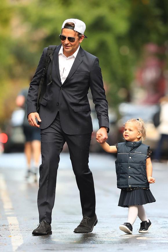 Trong khi đó, khi Irina đi công tác, bé Lea được bố - tài tử Bradley Cooper - chăm sóc. Sau khi chia tay hồi tháng 6, Bradley và Irina thống nhất chia sẻ việc nuôi con gái.