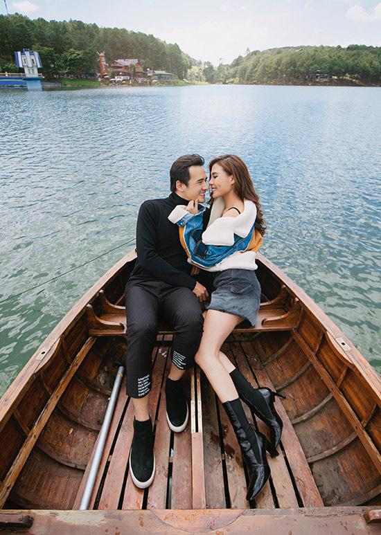 Lương Thế Thành và bà xã tình tứ ngồi thuyền dạo chơi trên hồ Tuyền Lâm, Đà Lạt.