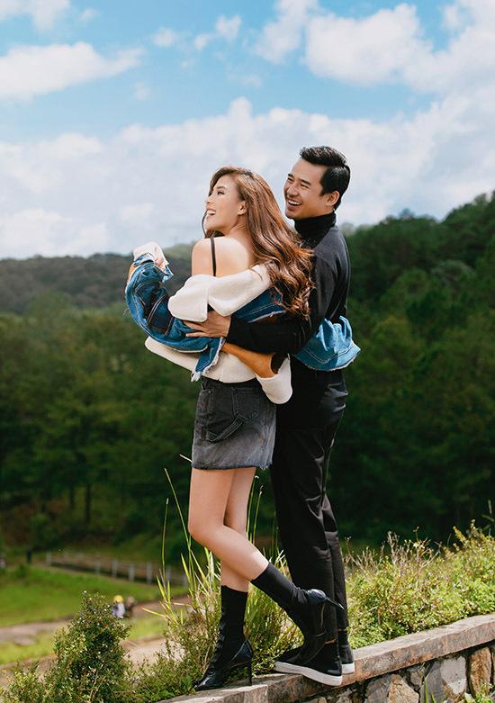 Thuý Diễm - Lương Thế Thành có dịp ôn lại kỷ niệm cũ khi lên Đà Lạt đóng phim. Năm 2013 họ từng nắm tay đi dạo dưới rừng thông và ngồi thuyền ngắm cảnh hồ Tuyền Lâm tuyệt đẹp.