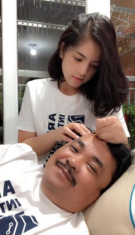 Trên Facebook, Đạo diễn Phương Điền hay gọi vợ trẻ là nàng và bày tỏ niềm hạnh phúc được chị chăm sóc.