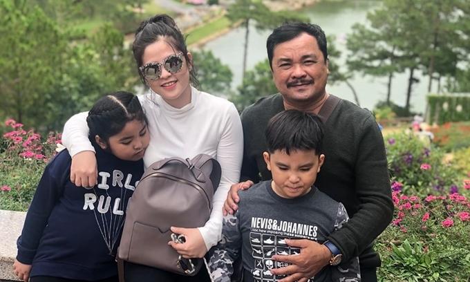 Đạo diễn Phương Điền bên vợ và hai con.