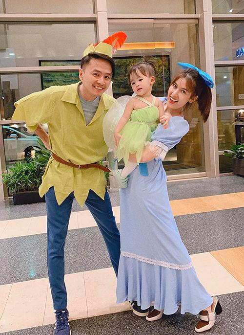 Vợ chồng Văn Anh - Tú Vi và con gái đáng yêu khi lên đồ đi chơi Halloween.