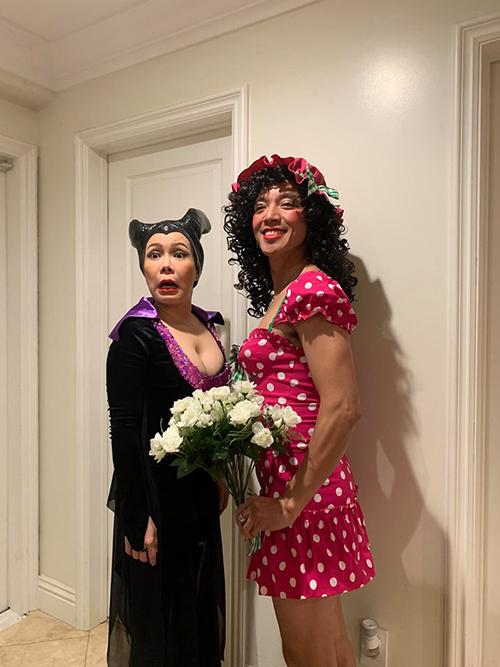 Nghệ sĩ Việt Hương và ông xã dự tiệc Halloween tại gia đình một người bạn tại Mỹ. Nhiều người khó nhận ra nhạc sĩ Hoài Phương khi giả gái.