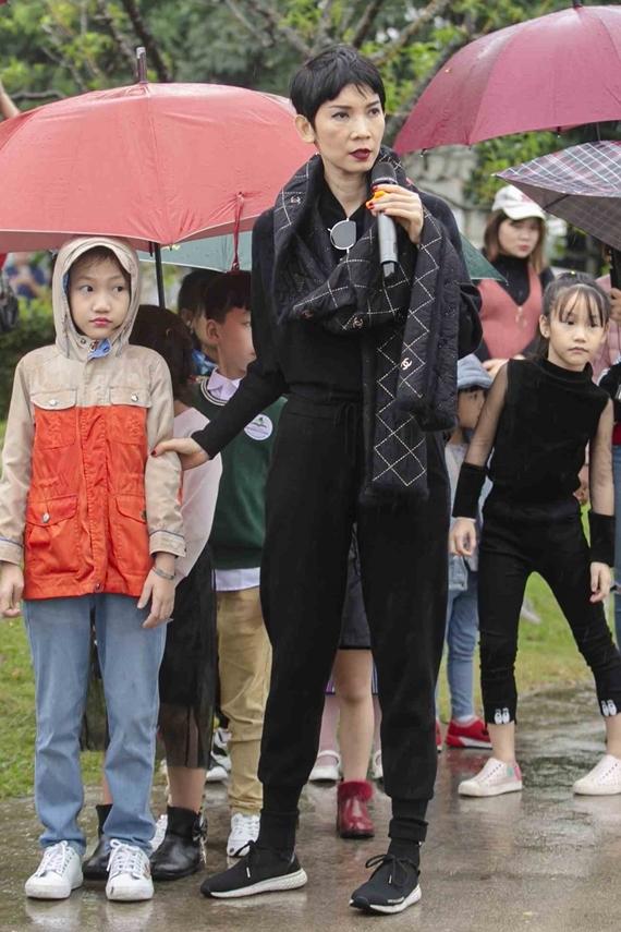 Trời Hà Nội se lạnh và có mưa phùn nên Xuân Lan và các mẫu nhí mặc quần áo ấm, che ô để đảm bảo sức khỏe.