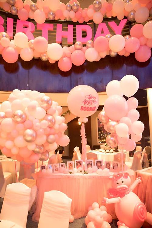 Không gian tiệc được trang trí với màu hồng chủ đạp.