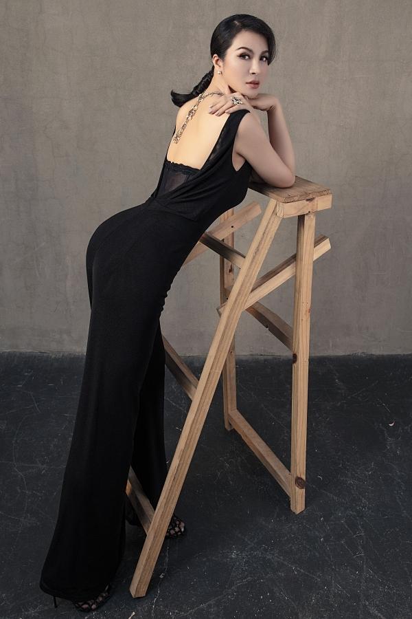 Thiết kế lưng trần, cổ đổ giúp người đẹp tôn nét gợi cảm một cách chừng mực.