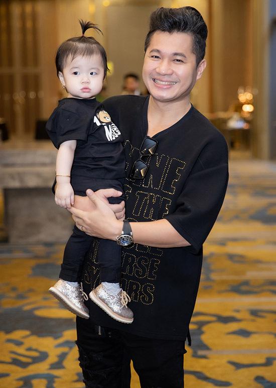 Công chúa nhỏ của nam ca sĩ rất hiếu động, chạy nhảy không ngừng nên Lâm Vũluôn phải để mắt trông chừng hoặc bế bé trên tay.