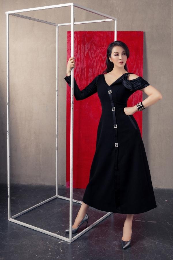 MC Thanh Mai ghi điểm phong cách với mẫu váy tông đen nhấn nhá phần tay cách điệu. Các chi tiết đính kết dọc thân váy làm nổi bật vẻ đẹp đài các, sang trọng của người đẹp.