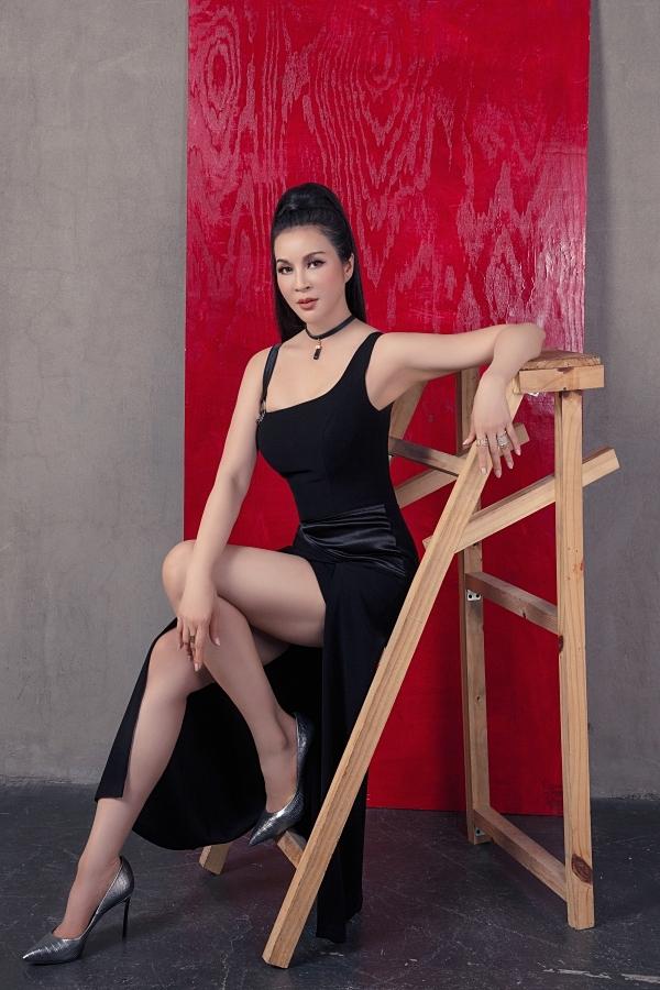 Thanh Mai tự tin diện thiết kế hai dây tôn ngực đầy ở tuổi 46.