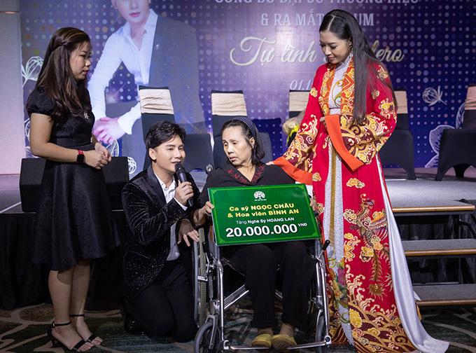 Ngọc Châu trao tặng 20 triệu đồng cho nghệ sĩ Hoàng Lan tại sự kiện.