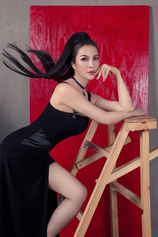 Mỹ nhân gốc Nghệ An làm mới hình ảnh bằng kiểu tóc đuôi ngựa cá tính.