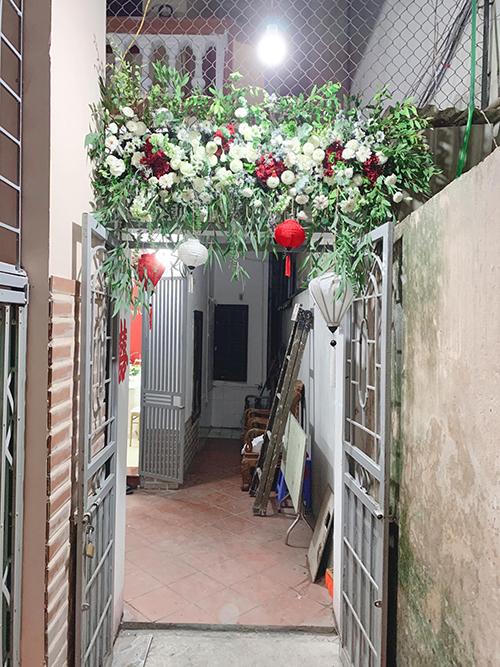 Tối trước ngày làm lễ, cô dâuđi chợ hoa đêm để mua hoa trang trí theo đúng ý mình. Sau đó, Thanh Hằng và một người bạn tự cắm hoa, tô điểm cho không gian.