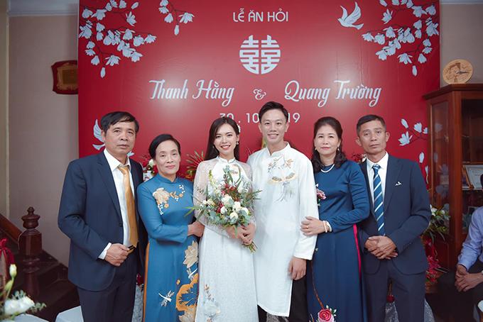 Ngày 30/10, Top 5 Hoa hậu Hoàn vũ Việt Nam - Bùi Thanh Hằng đã tổ chức lễ ăn hỏi với chú rể Quang Trường. Tân lang, tân nương chụp hình bên phụ huynh.