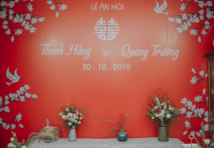 Thanh Hằng chọn tông chủ đạo trắng đỏ cho backdrop ở tư gia, dựa theo quan niệm truyền thống của người châu Á. Tông màu đỏ được cho là đem đến sự may mắn cho cuộc sống hôn nhân của lứa đôi, sự sum vầy, hạnh phúc.