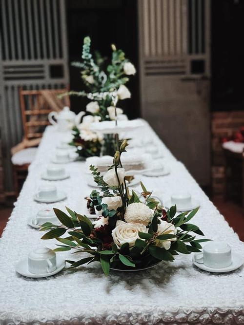 Thanh Hằng không cảm thấy vất vả khi tự trang trí cho không gian cưới của mình mà cảm nhận được sự hạnh phúc.