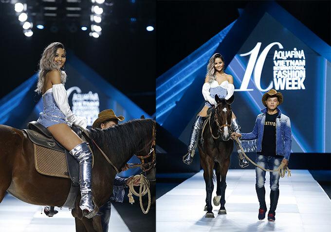 Hoa hậu đưa khán giả đi từ bất ngờ này tới bất ngờ khác khi mang ngựa lên sàn catwalk ngay sau màn lái moto. Với những đạo cụ đặc biệt này, nhà thiết kế vừa gây được chú ý, vừa diễn tả được phong cách bộ trang phục mang đến. Bên cạnh đó, nét đẹp khỏe khoắn của HHen Niê cũng được nhận xét là phù hợp với bộ sưu tập. Ảnh: Hoàng Việt.