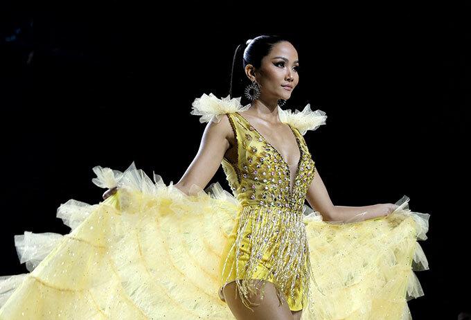 Chiếc váy vàng lung linh như công chúa thu hút những người có mặt tại buổi diễn. Trước đây, người đẹp từng được cộng đồng mạng ví như nữ thần khi xuất hiện trên sàn catwalk của nhà thiết kế Linh San với vẻ đẹp mặn mà, chuẩn Á Đông. Ảnh: Phương Lâm.