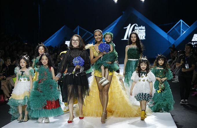 Hình ảnh HHen Niê bế bé ung thư trên tay cùng nhà thiết kế Thảo Nguyễn và dàn mẫu nhí đáng yêu ra kết thúc show diễn khiến nhiều người cảm động. Đây là một trong những khoảnh khắc đáng nhớ nhất Aquafina Tuần lễ thời trang quốc tế Việt Nam 2019. Ảnh: Hoàng Việt.