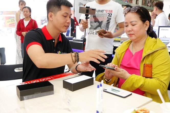 Sáng ngày 01/11, đông đảo khách hàng đã đến FPT Shop để rước bộ 3 iPhone 11 chính hãng và nhận thêm nhiều quà tặng hấp dẫn.