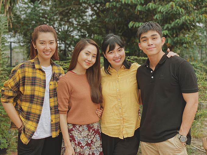 Jun Phạm pose hình bên dàn diễn viên gồm Thúy Ngân, Tường Vi, Lê Khánh.