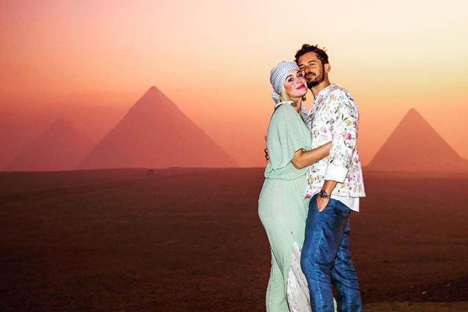 Katy Perry đón tuổi 35 vào ngày 25/10. Cô kỷ niệm ngày sinh nhật bằng một chuyến du lịch đáng nhớ ở xứ sở kim tự tháp cùng bạn bè, người thân. Mẹ của Orlando cũng tham gia cùng trong chuyến đi này.