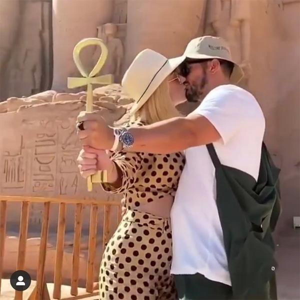 Cặp sao trao nụ hôn say đắm trước một ngôi đền.