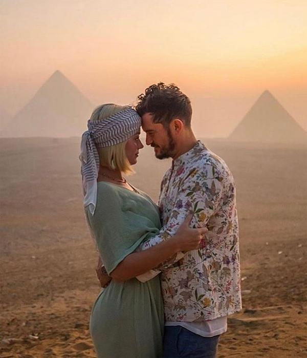 Orlando chia sẻ khoảnh khắc lãng mạn bên Katy Perry giữa khung cảnh mặt trời lặn trên sa mạc Ai Cập. Tài tử thổ lộ: Giống như là nhìn ra toàn vũ trụ - phép mầu Ai Cập khiến trái tim tôi rộng mở để lan tỏa tình yêu đến những người phụ nữ tuyệt vời cung Bọ cạp của tôi. Chúc mừng sinh nhật.