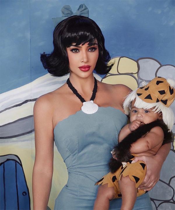 Kim Kardashian hóa trang như nhân vật Betty Rubble xinh đẹptrong khi con trai út mặc bộ đồ Bamm Bamm Rubble.
