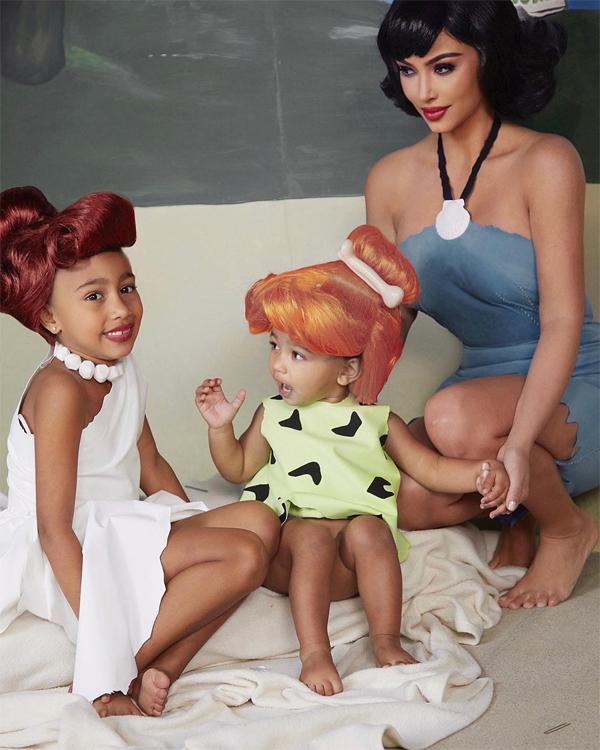 Công chúa Chicago 2 tuổi (giữa)cómái tóc vàng ấn tượng khi hóa thành nhân vật Pebbles.