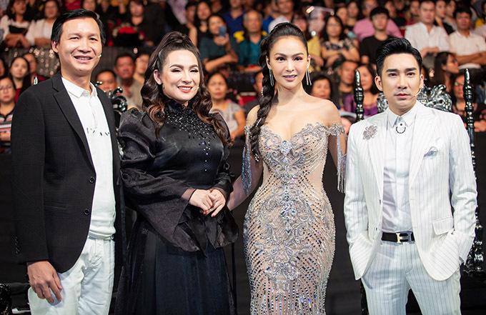 Ca sĩ Phi Nhung (thứ hai từ trái qua) và đạo diễn Vũ Thành Vinh (vest đen) làm giám khảo chương trình này.