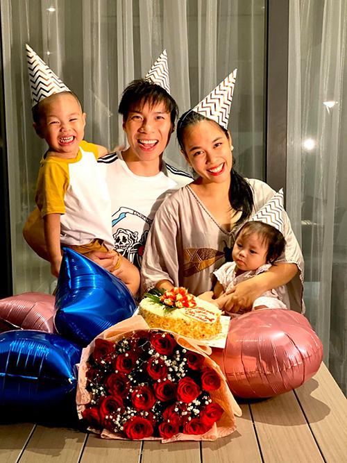 Hoàng tử xiếc Quốc Nghiệp cùng hai con chúc mừng sinh nhật vợ.