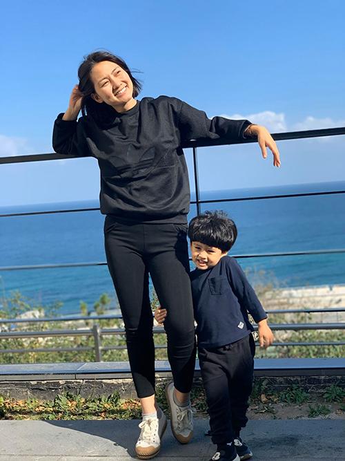 Ngọc Lan và con trai tận hưởng tiết trời trong lành trong chuyến du lịch Hàn Quốc.