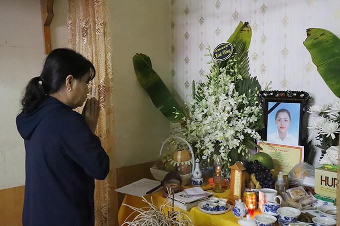 Người thân lập bàn thờ vọng, thắp hương cho Trà My. Ảnh: Hùng Lê