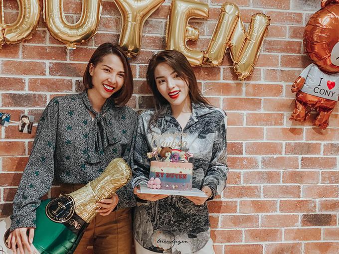 Kỳ Duyên hạnh phúc bên Minh Triệu trong tiệc sinh nhật.