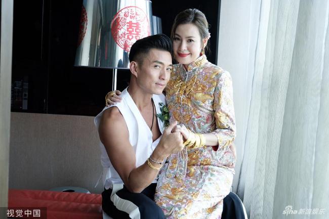 Vợ chồng Trần Sơn Thông làm các nghi lễ rước dâu truyền thống vào ban ngày, sau đó buổi tối thết khách.