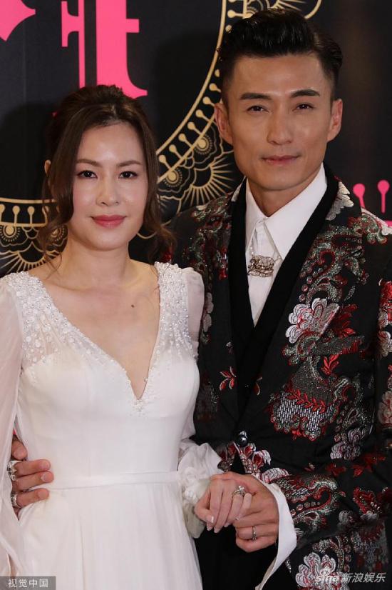 Tối 1/11, nam diễn viên Trần Sơn Thông tổ chức đám cưới với hôn thê Apple tại một nhà hàng ở Hong Kong. Vợ của tài tửlàm việc ngoài ngành giải trí, chuyện yêu đương của hai người vốnkhá kín tiếng. Trước đó, tiết lộ với báo chí, Sơn Thông cho biết anh chỉ làm tiệc cưới đơn giản, ấm cúng với sự góp mặt của bạn bè thân thiết, tuy nhiên, cuối cùng, nửa làng giải trí xuất hiện trong tiệc cưới của anh.