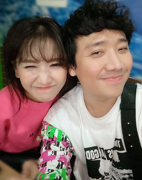 Vợ chồng Trấn Thành - Hari Won pose ảnh nhí nhố và được fan khen ngày càng dễ thương, có tướng phu thê.