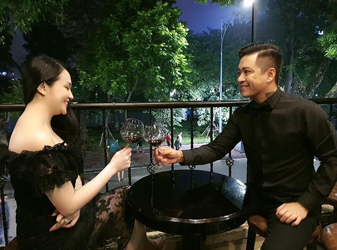 Ngoài kia là gió là mưa. Ta vẫn luôn bên nhau thế này em nhé, ca sĩ Tuấn Hưng nhắn nhủ bà xã Thu Hương.