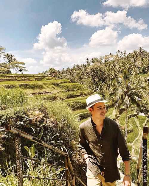 Quang Vinh chụp hình cùng bác nông dân khi du lịch Indonesia. Nam ca sĩ chia sẻ: Nếu chưa đến ruộng bậc thang thì chưa gọi là đến Bali nhỉ? Những nấc thang quanh co tạo sự tò mò cho du khách khám phá, còn được ví như những nấc thang lên thiên đường. Thiên đường nhiệt đới là đây chứ đâu? Vinh thấy Việt Nam mình cũng có ruộng bậc thang cũng không thua gì nơi đây. Hi vọng sẽ có nhiều người cũng đến Việt Nam du lịch ha.