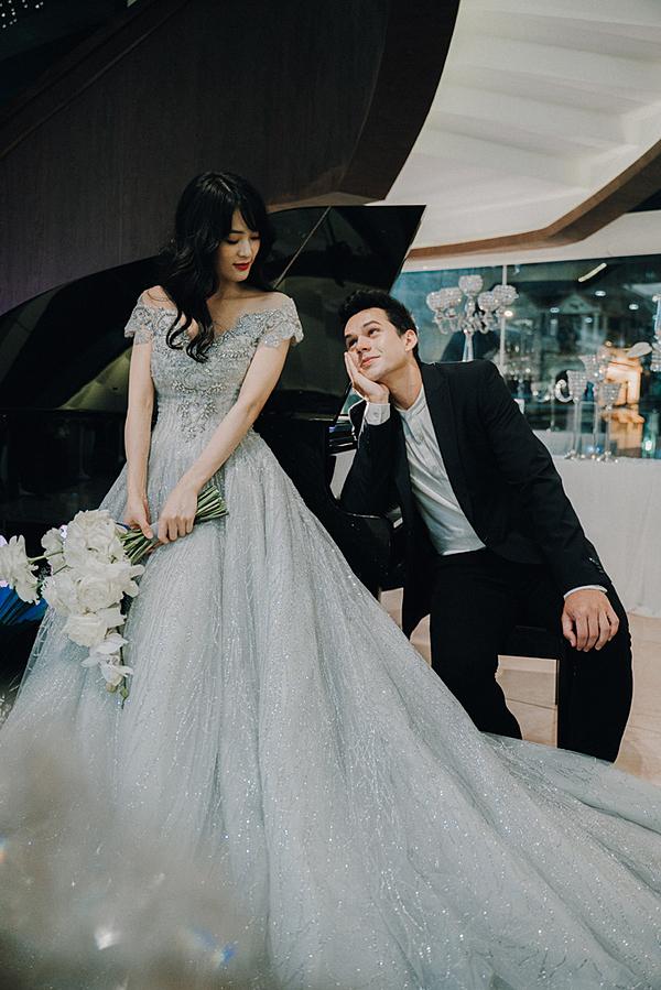 Hạ Vi và nam thần Kevin vừa thực hiện bộ ảnh cưới tại Luxury Palace, quận Gò Vấp, TP HCM. Cả hai vào vai một cặp đôi đang say đắm trong tình yêu, chuẩn bị bước sang trang mới của cuộc đời.