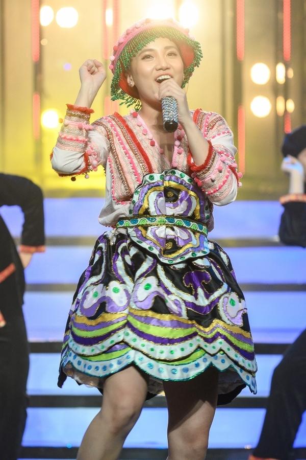 Emma Nhất Khanh được khen có vũ đạo tốt trong tiết mục Để Mị nói cho mà nghe của bản gốc Hoàng Thuỳ Linh.