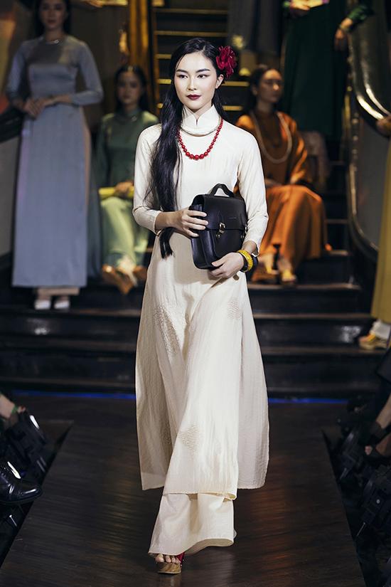 Nhẹ nhàng và mong manh là hình ảnh các cô nữ sinh trong những tà áo dài với gam màu pastel và nét thêu đơn giản mà không kém phần duyên dáng.