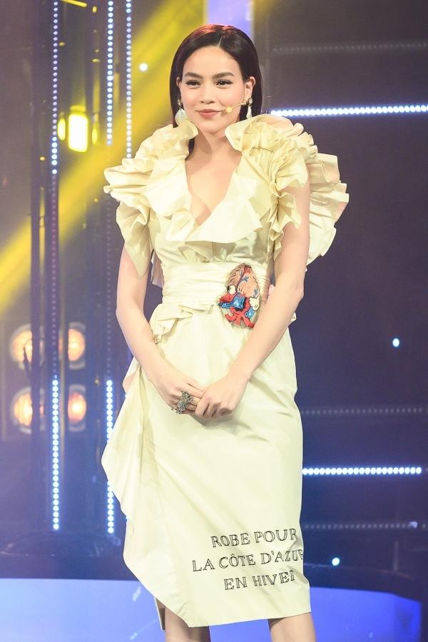 Hồ Ngọc Hà xuất hiện lộng lẫy trong tập 1. Lần đầu làm giám khảo, cô chinh phục khán giả bởi nhận xét chuyên môn và cách nói chuyện dí dỏm.