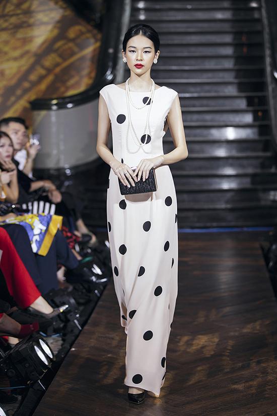 Mở màn cho phần giới thiệu bộ sưu tập thời trang dạ tiệc của Tú Ngô và Nguyễn Minh Phúc là người mẫu Phí Phương Anh.