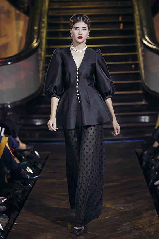 Vải in hoạ tiết chấm bi được tận dụng để đưa vào nhiều mẫu đầm kiểu cách, tôn nét trang nhã cho người mặc khi tham gia tiệc tùng.