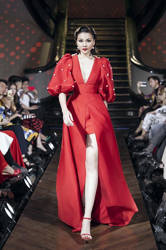 Váy vai bồng trang trí ngọc trai đi kèm chi tiết xẻ ngực sâu và tà váy rộng được chuẩn bị riêng cho siêu mẫu Thanh Hằng.